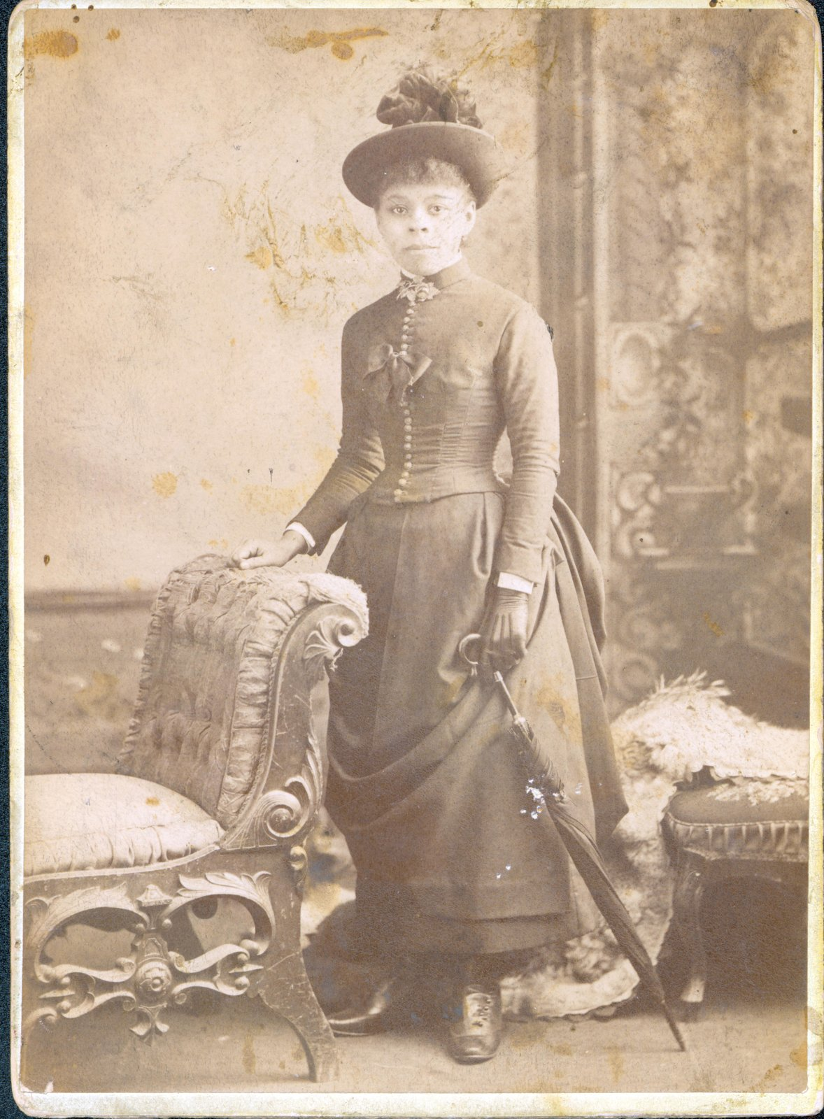 A cabinet card portrait of a young Mary Tyrell (later Bell). The photograph is believed to be from the 1880s or 1890s. Courtesy the Brock University James A. Gibson Special Collections & Archives.