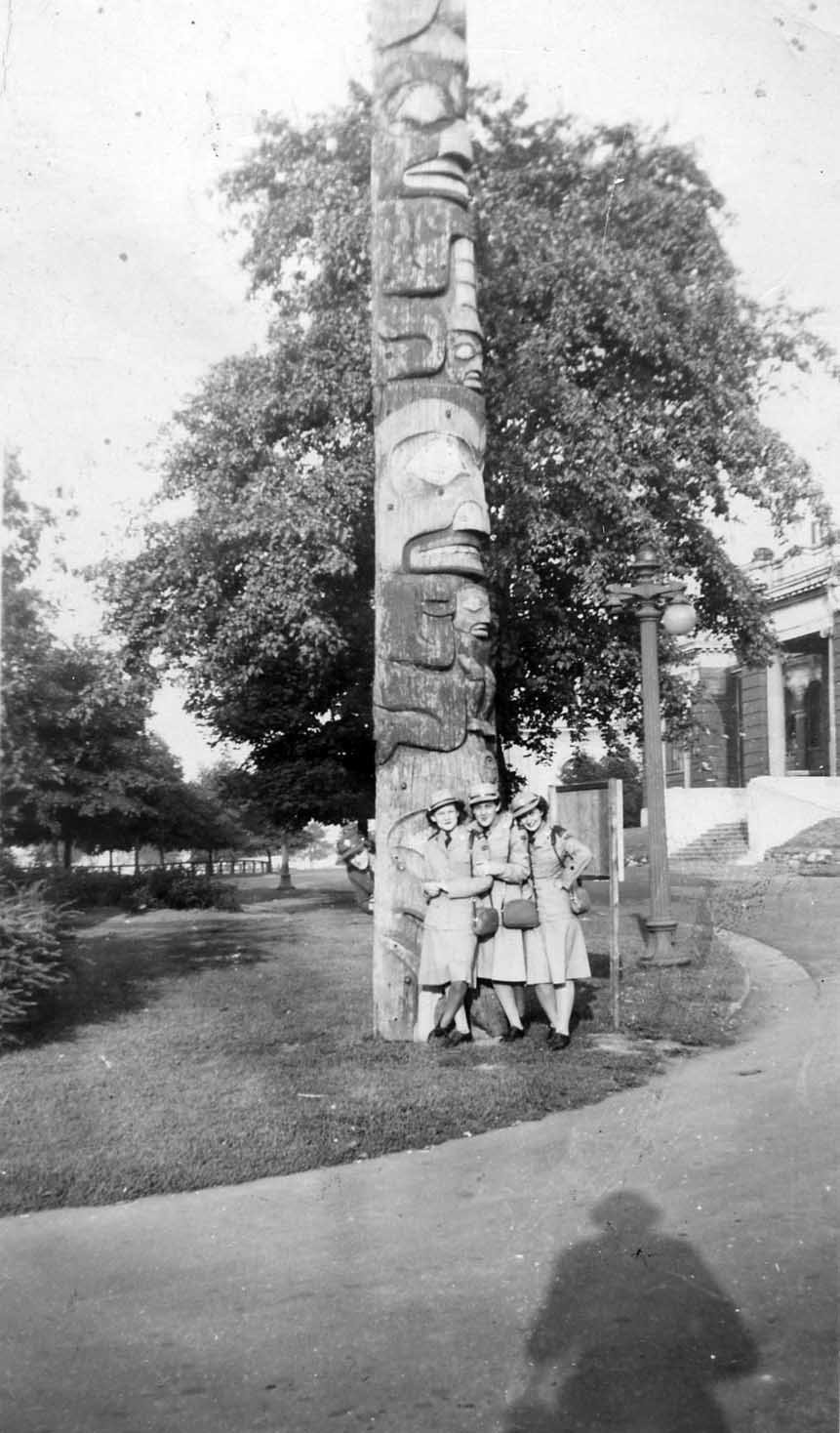 Private Ruth Finley with her CWAC comrades, posing with a totem pole. Courtesy the Kawartha Lakes Public Library Digital Archive.