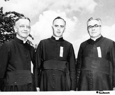 Trois pasteurs: J.H. Limoges, curé d'Aylmer, Alfred Boyer, curé de Limoges, Elzéar Racan, curé de Papineauville