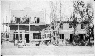 Wilfrid Desjardins devant la banque en construction.