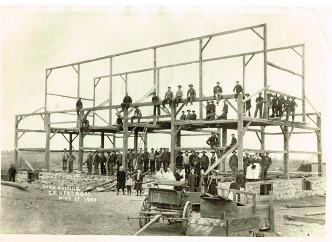 Erza Ventress barn raising, 1907