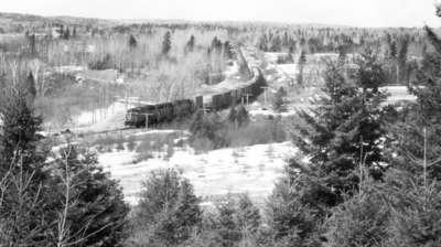 Train de marchandises du CN, Field, ON, 1980 / CN Freight train, Field, ON, 1980