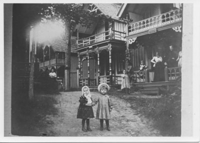 Two children in front of cottages on Auditorium Circle