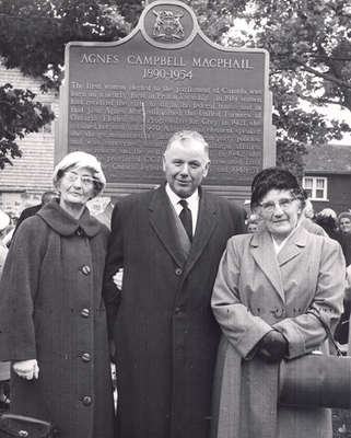 Gertha Reany, Farquhar Oliver, and Lilly Bailey unveiling historical plaque