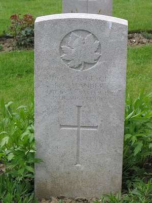 CWGC marker for the grave of Bertie Cecil Mander, 1889-1917.