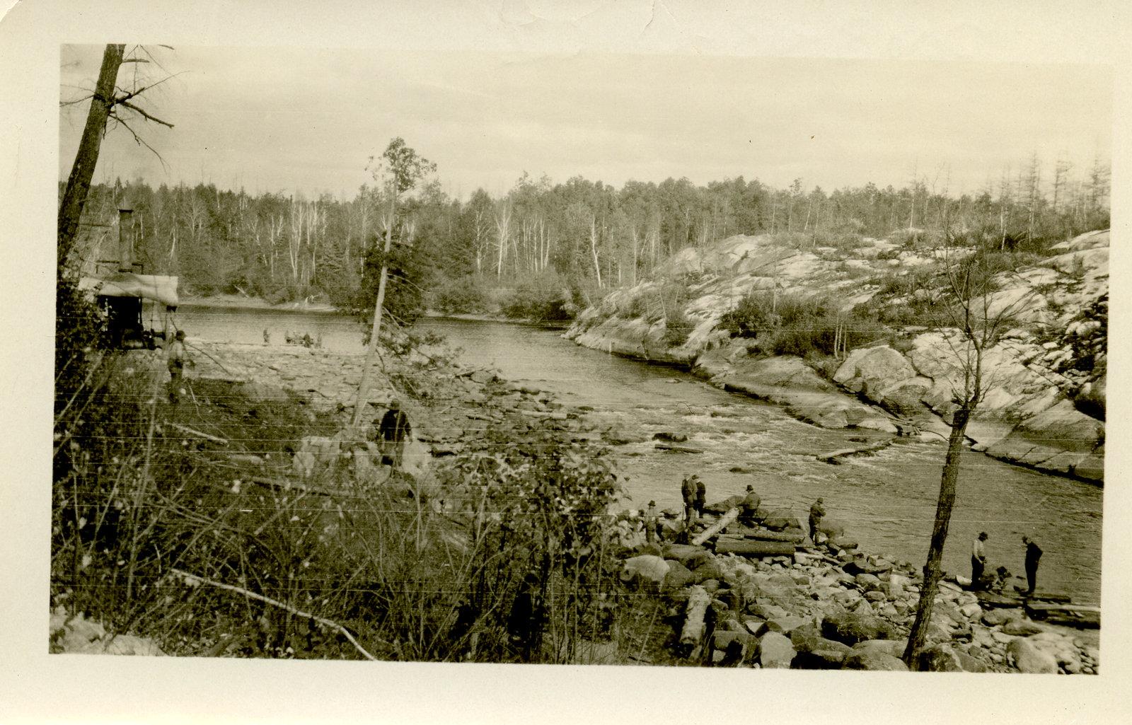 Hommes près de la rivière / Men by the river