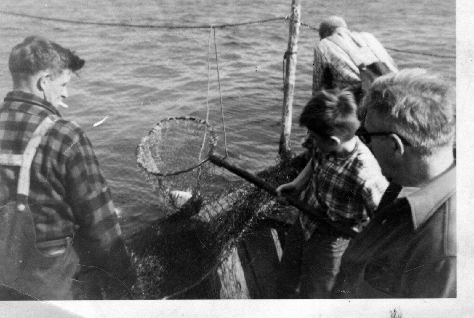 Groupe d'hommes à la pêche / Group of men fishing