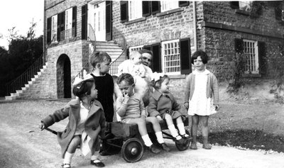 Group of children in back of Willowbank