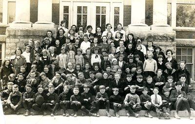 Pupils of Laura Secord Memorial School in Queenston, 1922.