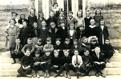 Group of student in front of Laura Secord Memorial School in Queenston, 1922.