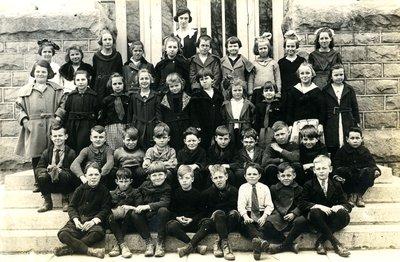 Group of student in front of Laura Secord Memorial School in Queenston, 1922.