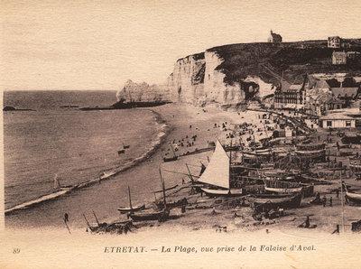 Étretat – La Plage, vue prise de la Falaise d'Aval [The beach, view taken from the Aval Cliff]
