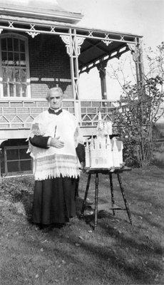 Le curé Forget (Embrun) devant le gâteau de son 50e anniversaire de prêtrise.