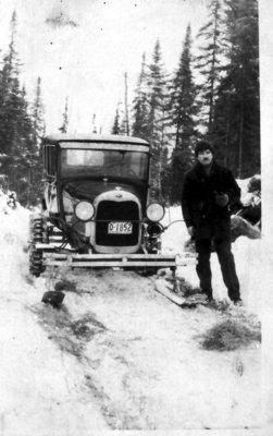 Ford ModelA muni de patin pour l'hiver. Immatriculé 1930. Non-identifié. / Car on skis on logging trail.