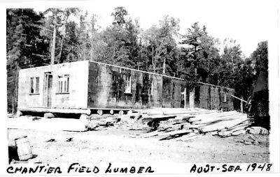 Construction du dortoir au chantier de la Scierie Field Lumber / Construction of the two-storey dining hall of the Field Lumber logging camp