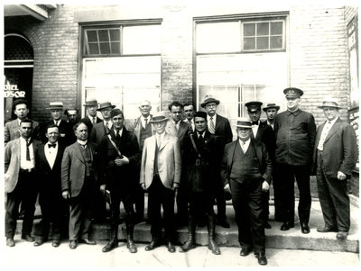 Groupe d'hommes devant l'hôtel Windsor, Sturgeon Falls / Group of men in front of the Windsor Hotel, Sturgeon Falls