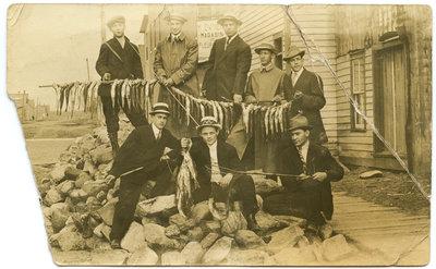 Huit pêcheurs et leurs prises / Eight fishermen and their catch