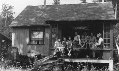 "Mr. and Mrs. Lunn with family at ""Lynnduffy"" house at 19th Street"