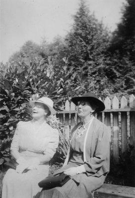 Photo of Harriet Dixon and Nellie (Dixon) James.
