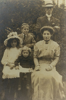 Richard & Edith Ford with their children: Herbert, Gladys (L) and Mildred (R)