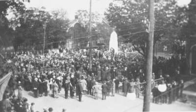 Crowd at Dedication of Cenotaph, 1924