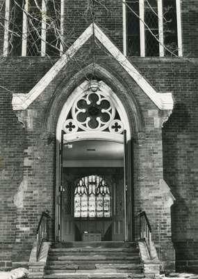 Knox Presbyterian Church, Oakville: doorway.