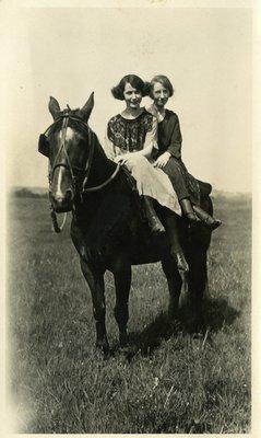 LH1125 People - Women - Horseback