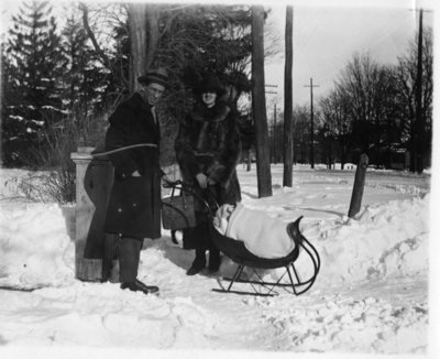 LH1422 Aubrey and Vera Morphy with son Denys on a sleigh
