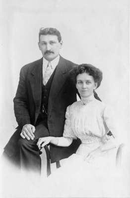 LH0594 Seated Vinson Couple