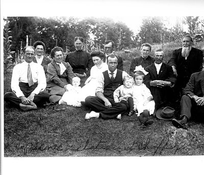 Alford and Simmons family picnic at Chaffey's Lock