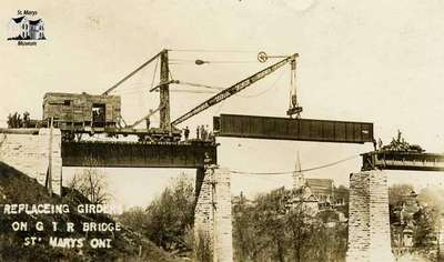 Replacing girders on London Bridge railway trestle, 1912