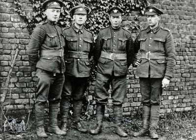 Bill Near and other soldiers, 1916