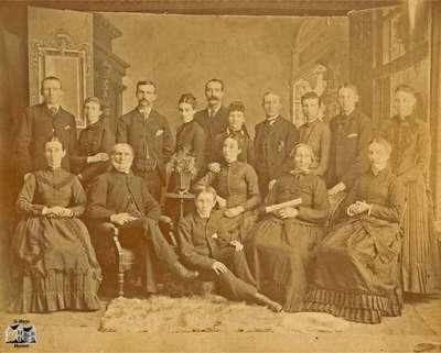 Family (?): 9 women, 1 boy, 6 men