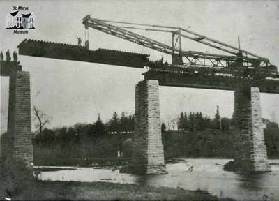 Replacing girders on the Sarnia railway bridge