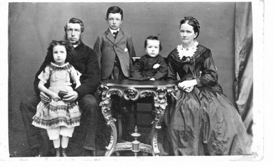 Portrait of an unidentified family.