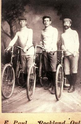 Trois hommes en vélo