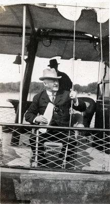 Un homme sur un bateau
