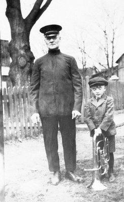 M. Oscar Laporte, membre de la fanfare et son fils Fernand.