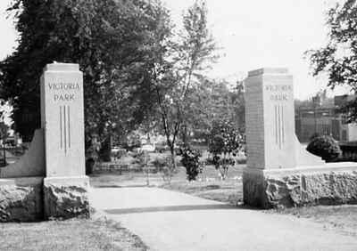 <b>Victoria Park Memorial Gates<b>