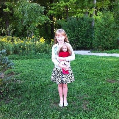 Ainsley et sa poupée, Léonie