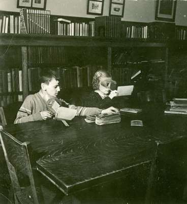 Children viewing stereo cards at the Kitchener Public Library