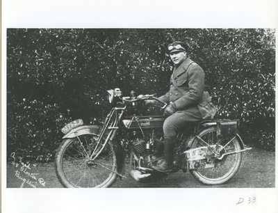 Homme sur une motocyclette / Man on a motorcycle