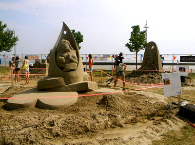 Master sand sculptors at work.<br> Photo courtesy of Bronte BIA.