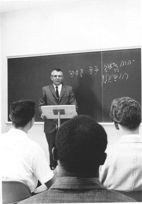 Ragnar Teigen teaching in a classroom