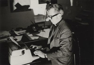 Helmut Saabas using a typewriter