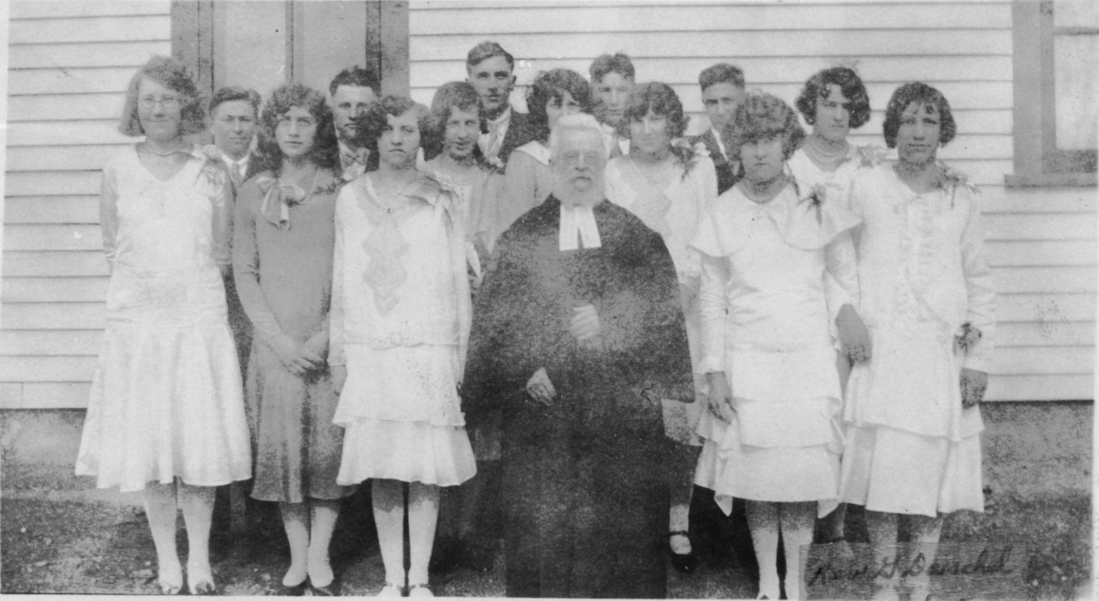 Group of men and women posing with Reverend Gerhard Daechsel