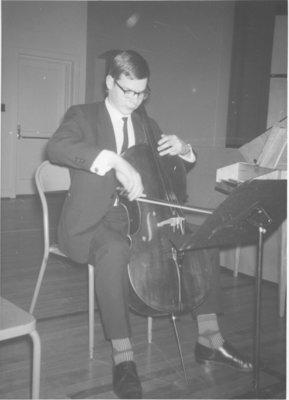Martin Laehnemann playing the cello
