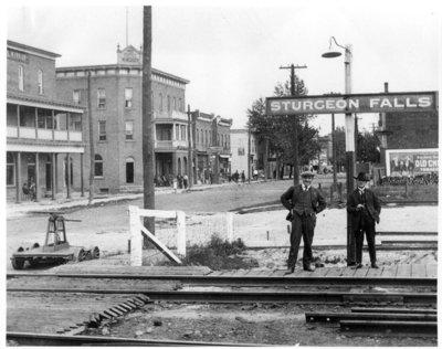 Deux hommes à la gare de train de Sturgeon Falls / Two men at the Sturgeon Falls railroad station