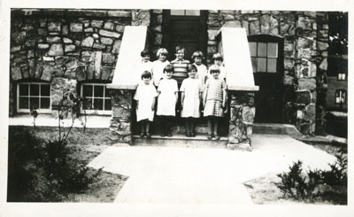 Children on the steps of the Hall - RM0016