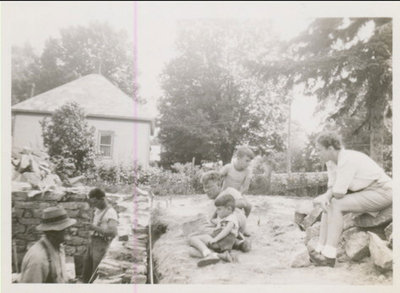RI0185 - lt to rt - Lorne & Allan Fraser building stone foundation - Oak Street 1946-47 - list other people in picture